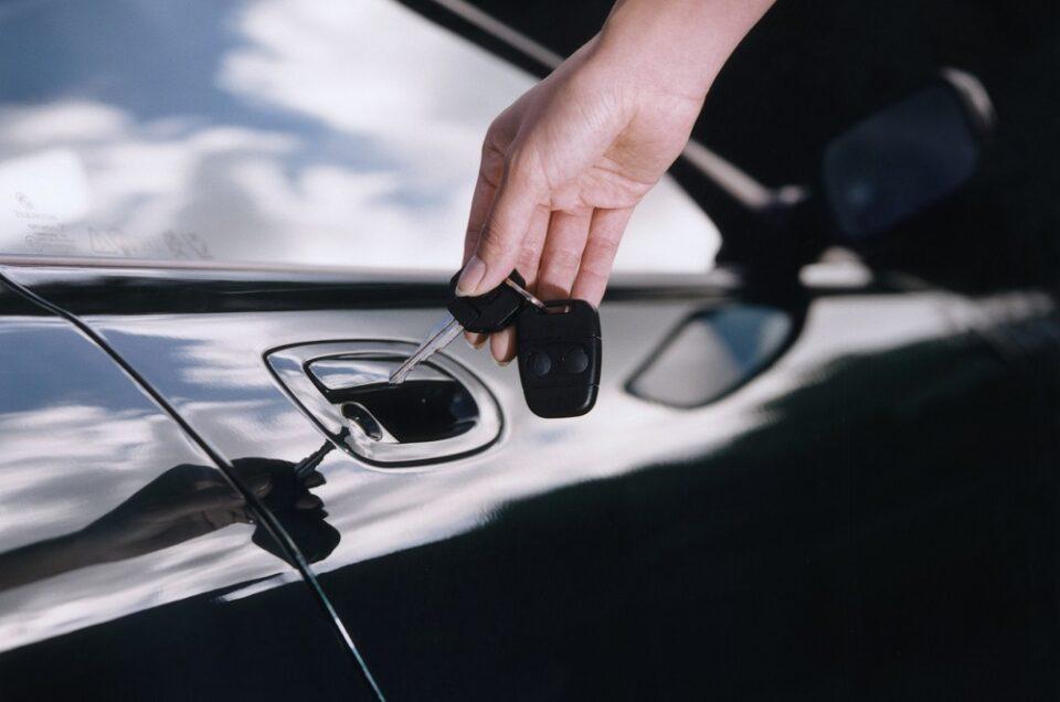 otwieranie drzwi samochodu